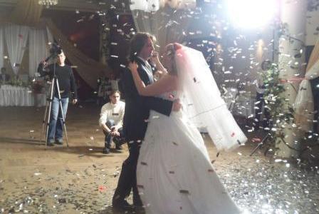 Использование конфетти на свадебный танец